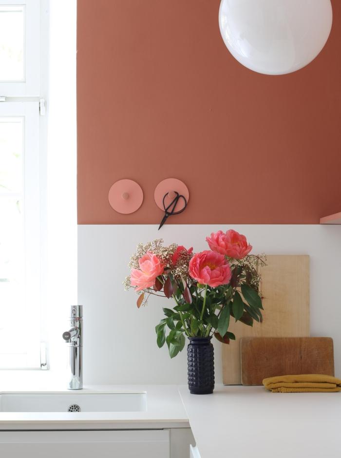 Colour Blocking Wand in einer Küche in Wandfarbe altrosa, Mischfarben für Wände, Rosen in einer schwarzen Vasen, schwarze Schere