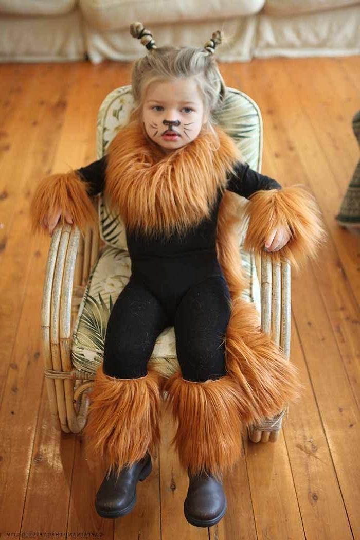Faschingskostüm Kleinkind, Löwen Kostüm in schwarz mit Mähne in Ocker, bemaltes Gesicht mit Schnurrhaare