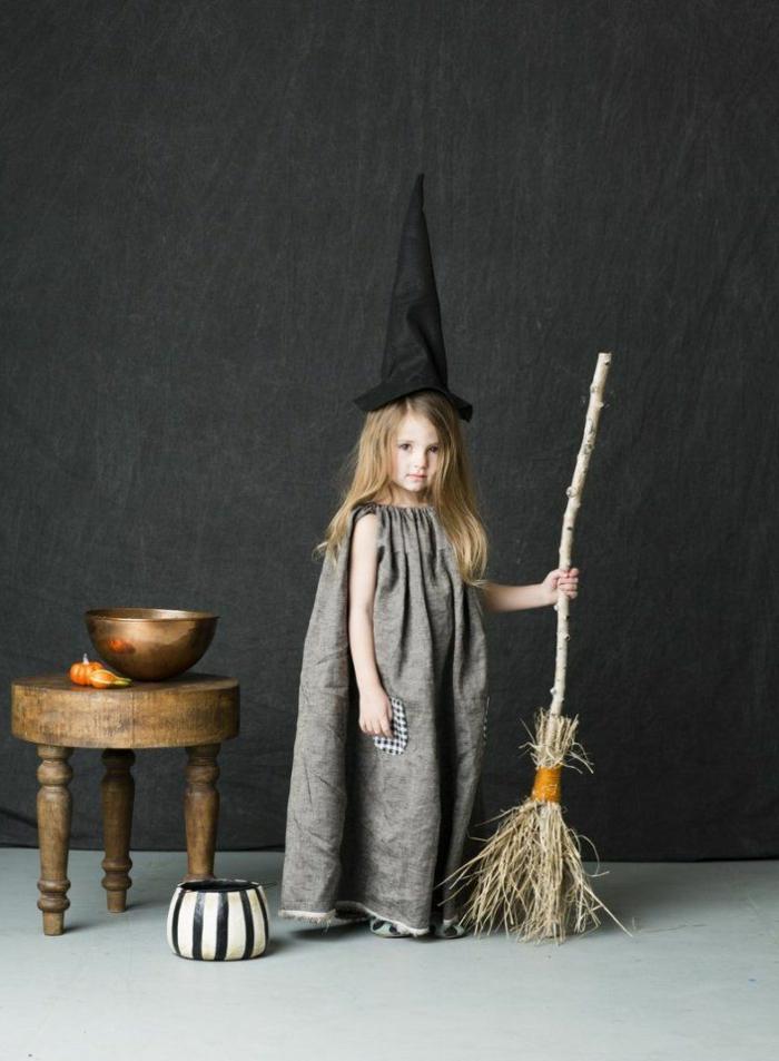 Hexenkostüm mit Besen für Karneval, Faschingskostüme Mädchen, graues Kleid mit karierter Tasche, schwarzer Hut,