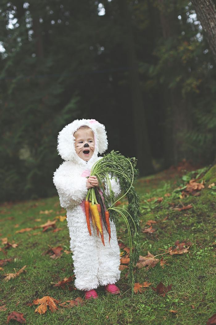 Hasenkostüm in weiß und pink mit Ohren, Faschingskostüm Kleinkind, Mädchen mit pinken Schuhen, hält Bundmöhren