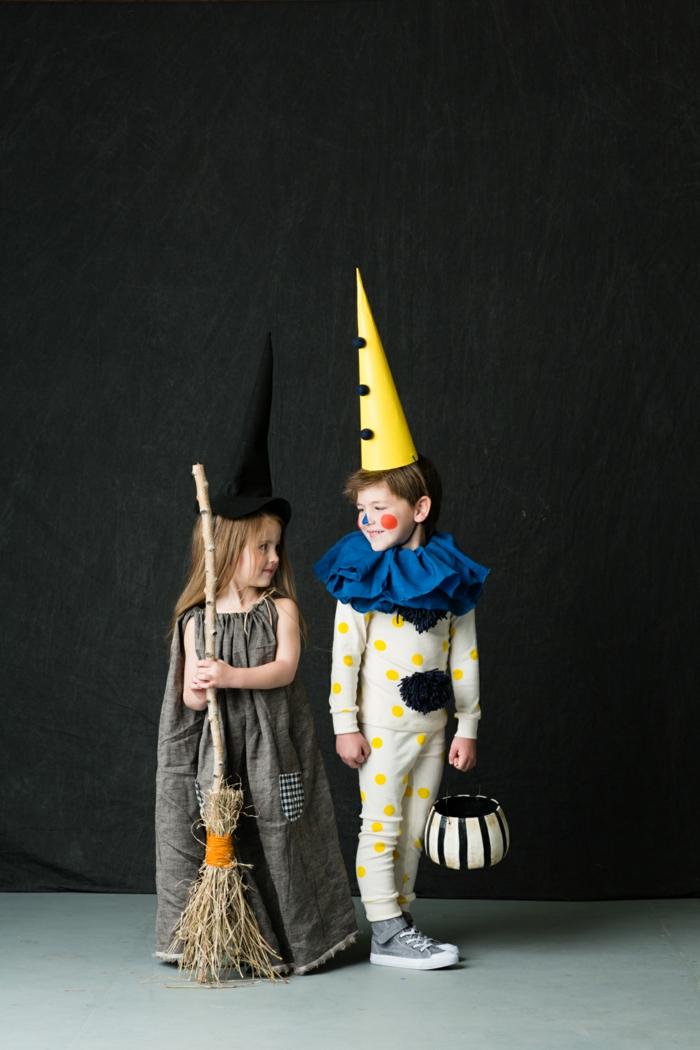 Faschingskostüme für Kinder, Hexe und Clown Kostüme, Clown im blauem Kragen und gelber Hut, Hexe im Kleid und mit Besen