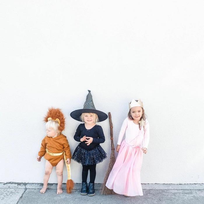 Kinder in Kostüme für Karneval, Hexenkostüm in schwarz, Prinzessin in pink, Löwe in Ocker, Kinderkostüme Fasching