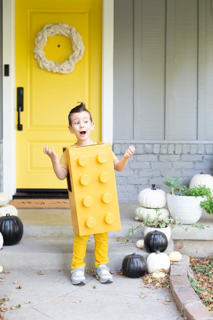 Faschingskostüme Junge, Lego Kostüm Lego Stein in gelb, gelbe Tür mit schwarzem Türgriff, schwarze und weiße Kürbise
