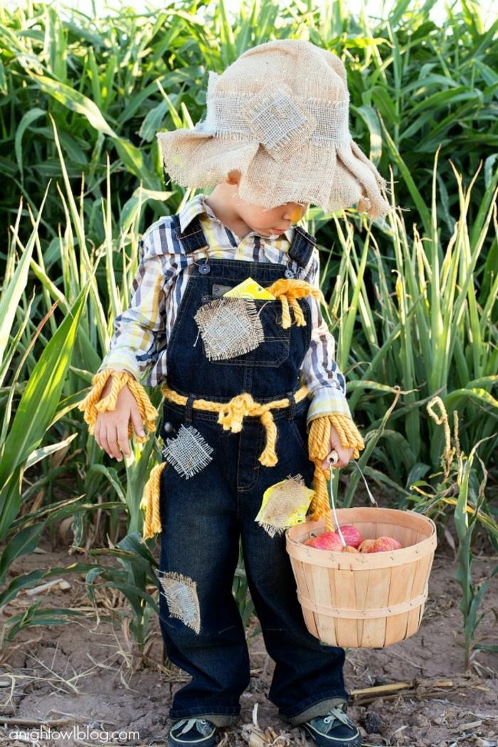 Faschingskostüme Jungen, Vogelscheuche Kostüm mit Denim Latzhose und kariertes Hemd, dekoriert mit Flicken, Junge hält Korb mit Äpfel