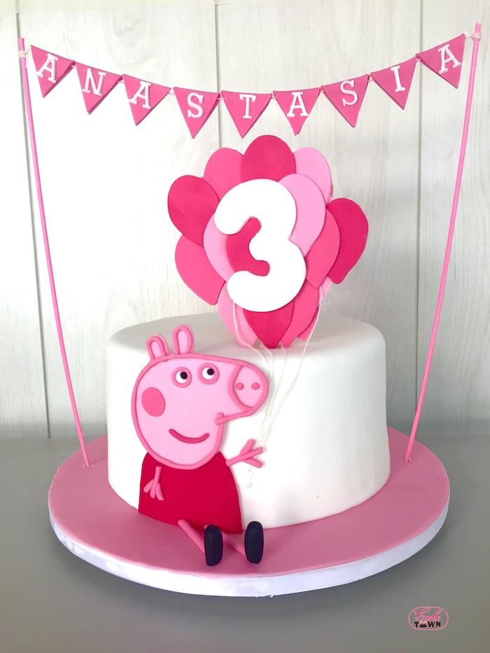Peppa Wutz Torte für Kindergeburtstag, Peppa aus Fondant hält Ballons mit Ziffer Drei, Girlande mit dem Namen des Geburtstagskindes