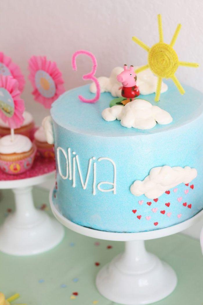 Blaue Fondant Torte mit Peppa Wutz Tortenfigur, Sonne und weiße Wolken, Regen aus Herzen