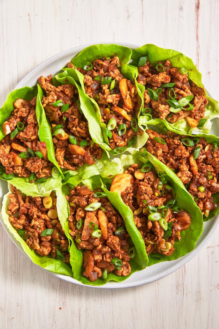low carb wraps, kohlehnydratarme tacos mit salatblätter und hackfleisch, abendessen ideen