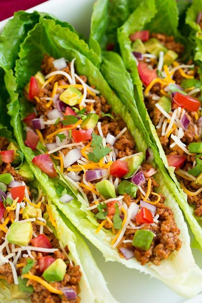low carb wraps zubereiten, gesundes mittagessen, lange salatblätter, boote mit füllung aus hackfleisch