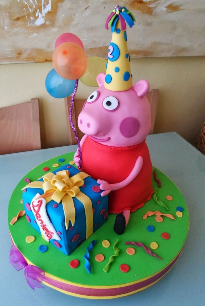 Fondant Torte Peppa Wutz mit Partyhut, großes Geschenk mit gelber Schleife, drei bunte Ballons