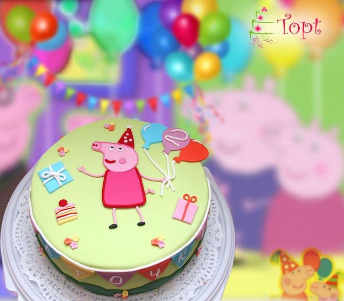 Grüne Fondant Torte mit Peppa Wutz, drei Ballons, Geburtstagsgeschenke und Tortenstück