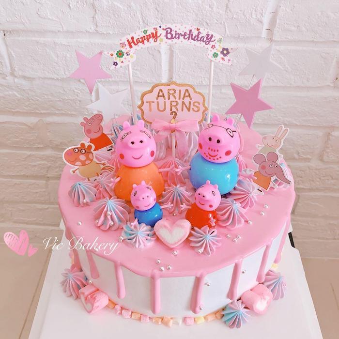 Geburtstagstorte mit Peppa Wutz Familie für Mädchen, rosafarbene Glasur, Sterne an Stäbchen