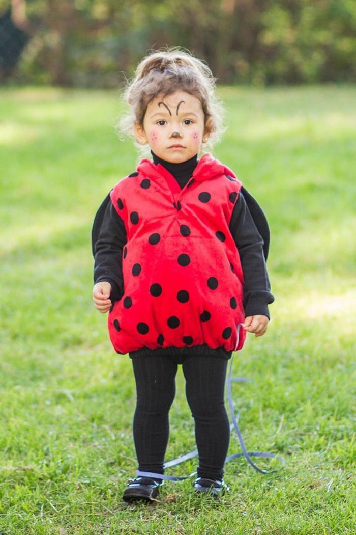 Faschingskostüme Kinder Mädchen, Marienkäfer Kostüm in schwarz und rot, bemaltes Gesicht, schwarze Schuhe und Leggings