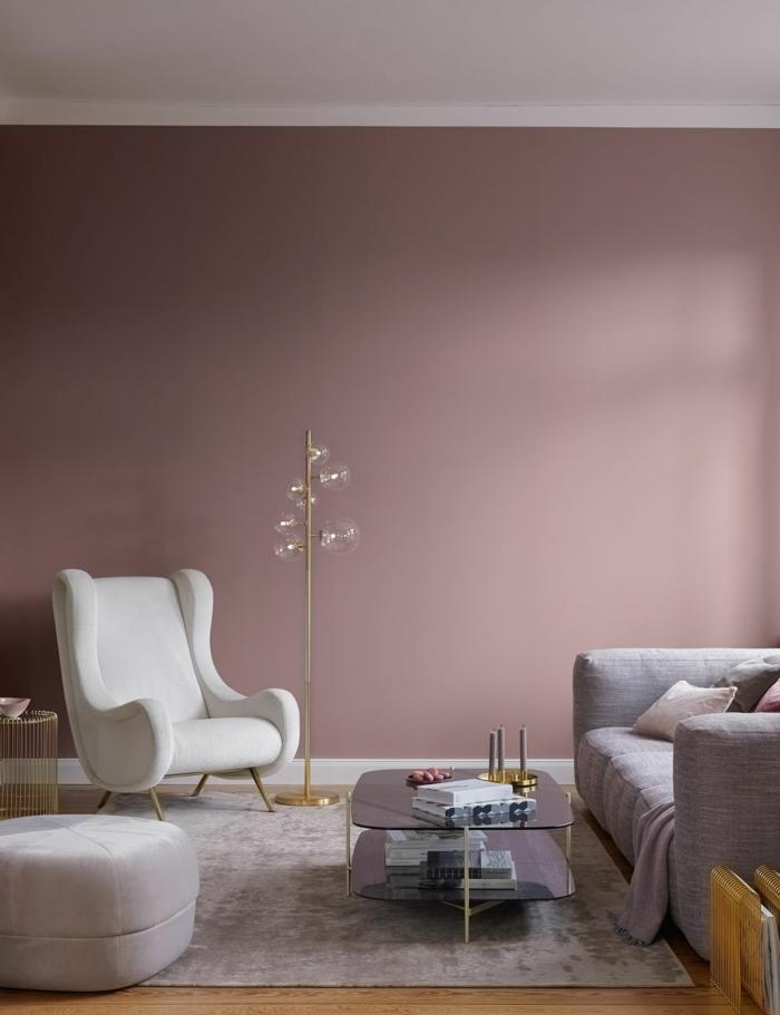 Moderne Ausstattung eines großen Wohnzimmers, passende Farbe zu rosa, weißer Sessel und Couch in grau, dunkle pastellfarbene Töne