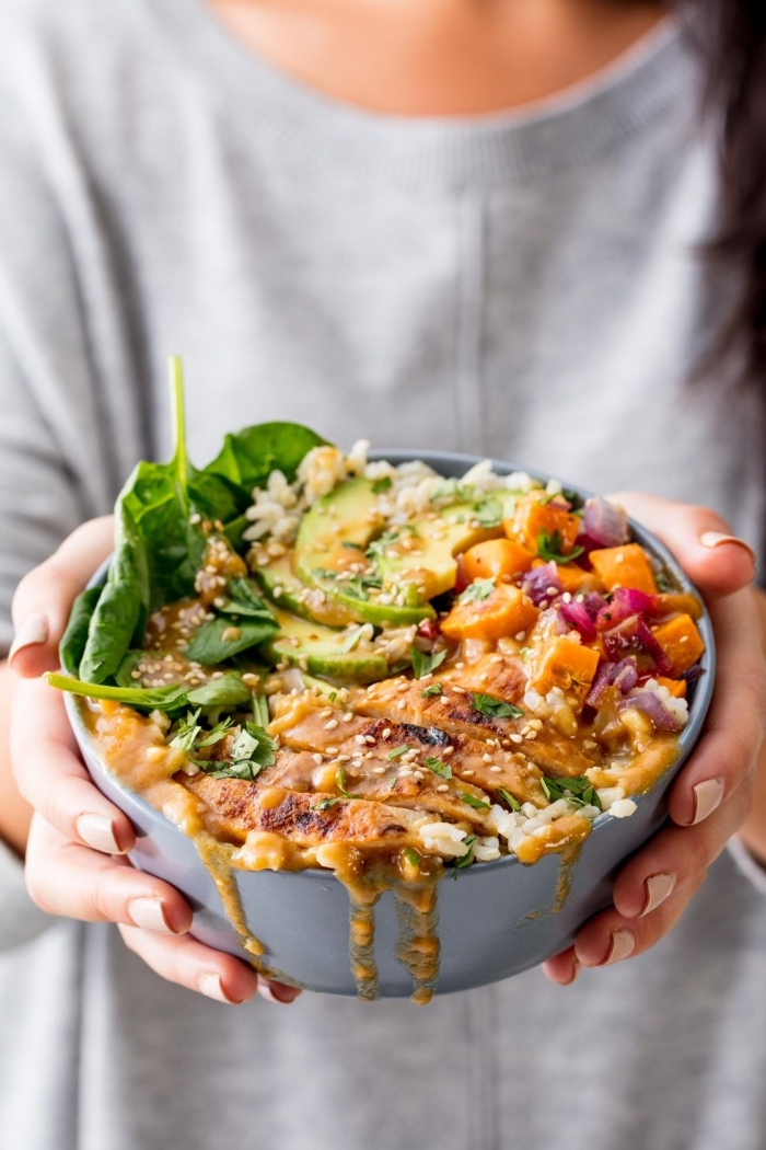 mittagessen ideen, gesund essen, healhy bowl mit gegrillten hänchenbrust, avocado, reis