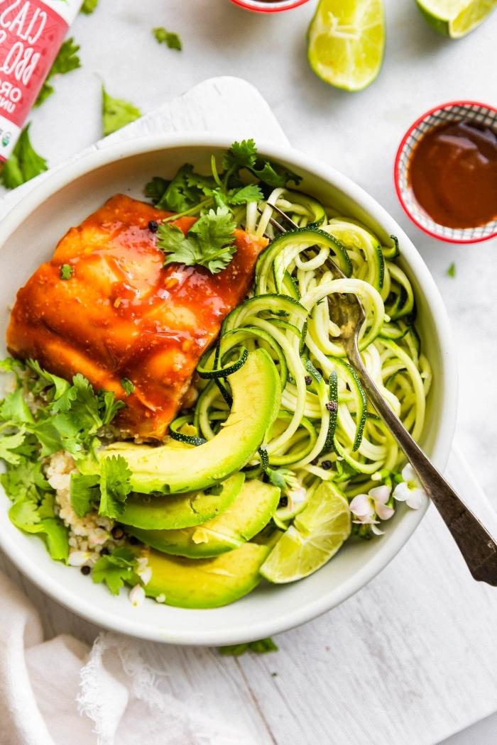 mittagessen ideen, gesunde reyepte yum abnehmen, lachs mit tomatensoße, zuddeln und avocado