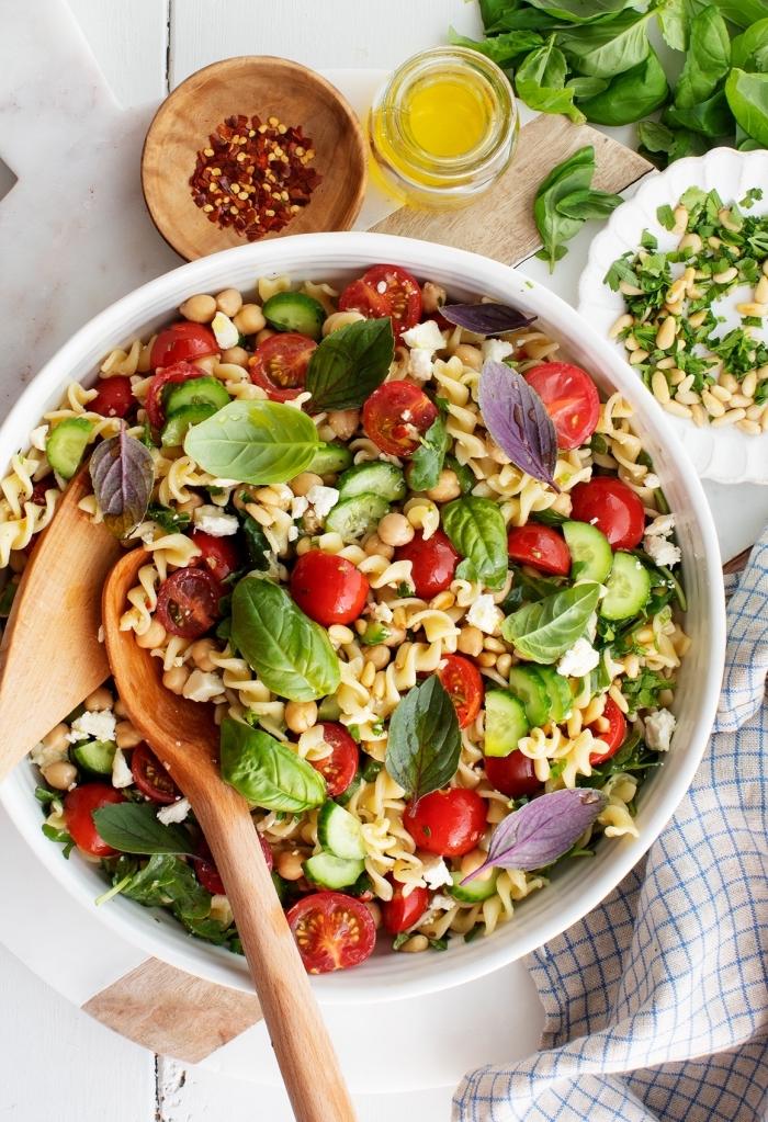 mittagessen ideenm pasta salat mit cherry tomaten, basilikum und ziegenkäse