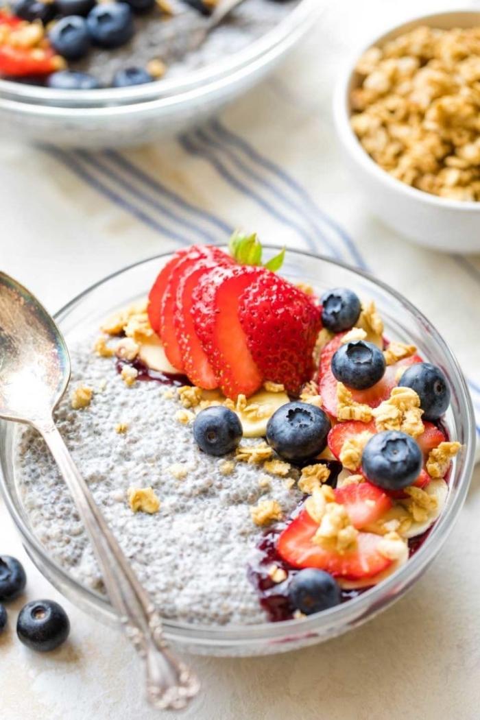 mittagessen ideen, schnelle gesunde rezepte, chia bowl mit joghurt, nüssen und beeren
