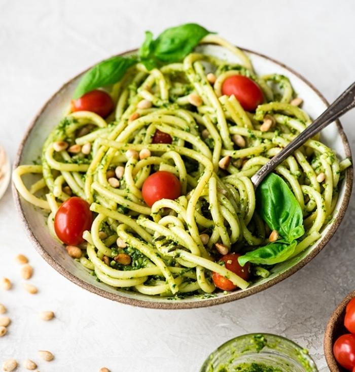 mittagessen ideen, vegetarische rezepte, pesto pasta zubereiten, cherry tomaten