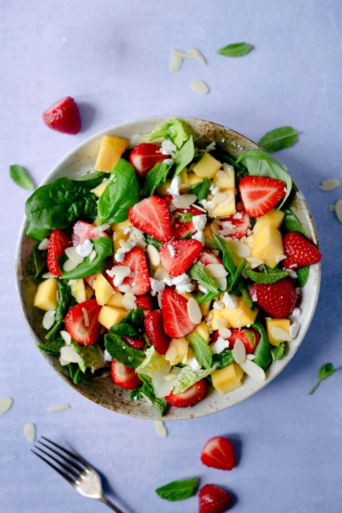 mittagessen vorschäge, salat mit spinat, käse, erdbeeren und mandeln, gesunde rezepte
