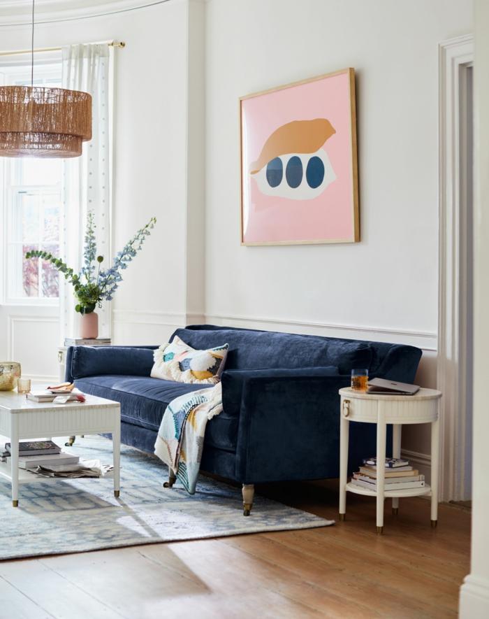 Bilder Wohnzimmer Ideen, Sofa in Blau aus Samt, Gemälde in rosa mit blauen Punkten, zwei bunte Kissen