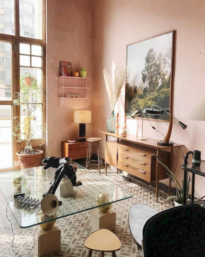 Rosa farbe für Wohnzimmer Idee, großes Gemälde mit Bäume, Schrank aus Holz, Tisch mit Glasplatte, moderne Inneneinrichtung