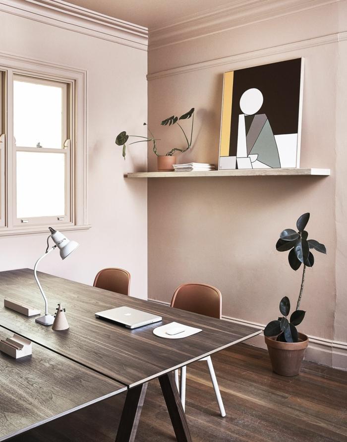 Mischfarben für Wände in rosa und grau, Schreibtisch mit einem Laptop obendrauf, angelehntes geometrisches Bild, mittelgroße grüne Blume