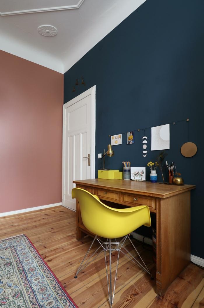Kontrast Wände in Kombination von blau und altrosa, passende Farbe zu rosa, Schreibtisch aus Holz mit einem gelben Stuhl, Holzboden bedeckt mit buntem Teppich