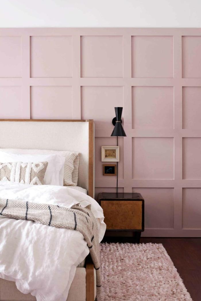 Schlafzimmer altrosa wandfarbe, großes Bett mit weißen Bettwäschen, Teppich in rosa und Lampe in schwarz