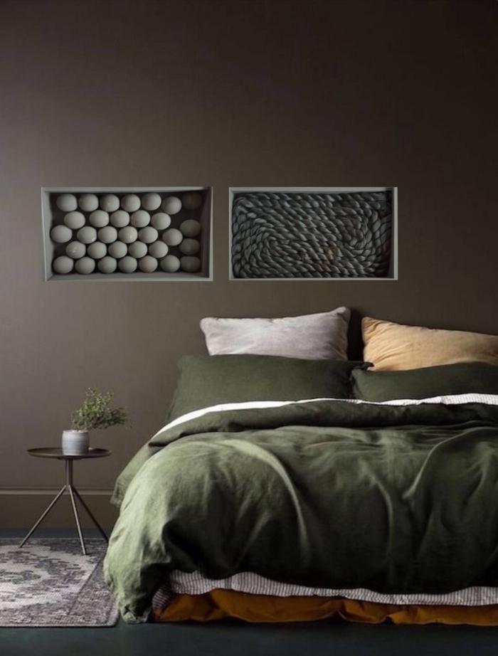moderne wandfarben 2020, schlafzimmer gestalten, graue wand, grüne bettwäsche, geometrische bilder