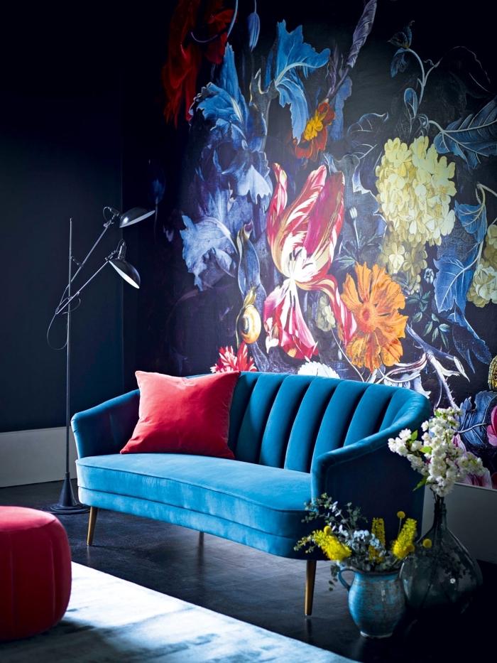 moderne wandfarben, dunkelblaue wand, florale wanddeko, große blumen, desginer sofa