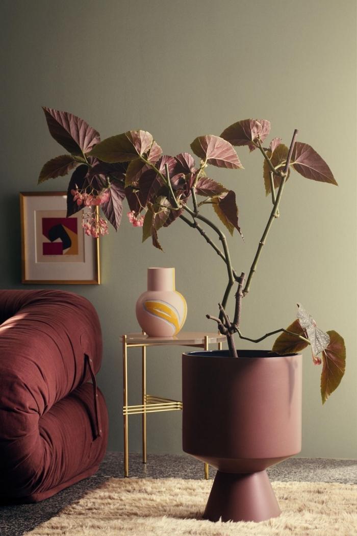 moderne wandfarben wohnung, duneklrote dekoelemente, große vase mit zweigen, wohnugnsdeko