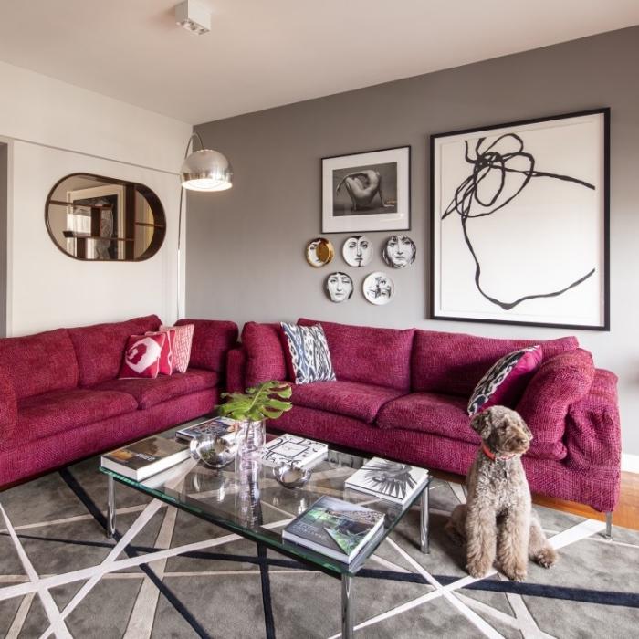 moderne wandfarben, wohnzimmer gestalten, zimmer farben, sofas in beeren farbe, wanddeko ideen
