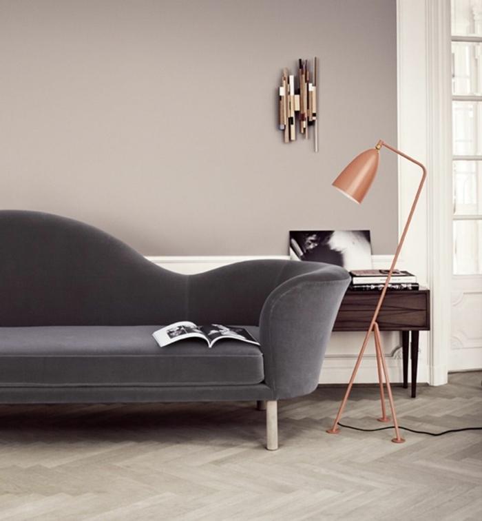 Zwei Lampen in altrosa, angesagte Ausstattung mit grauem Couch, Wand bemalt in grau, Wohnzimmer grau rosa, aufgeschlagenes Magazin