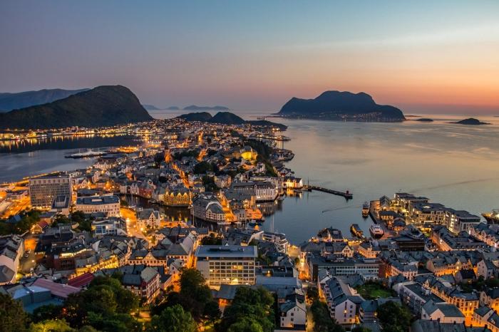 norwegen besuchen, herrliche aussicht, die schönste stadt, sonnenuntergang in alesund