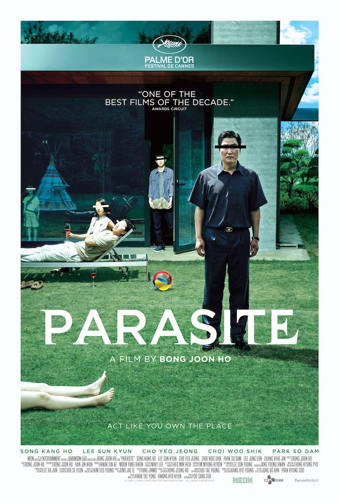 ein haus mit garten, ein mann mit blauem hemd und schwarzen hosen, der offizieller poster zu dem südkoreanischen film parasite