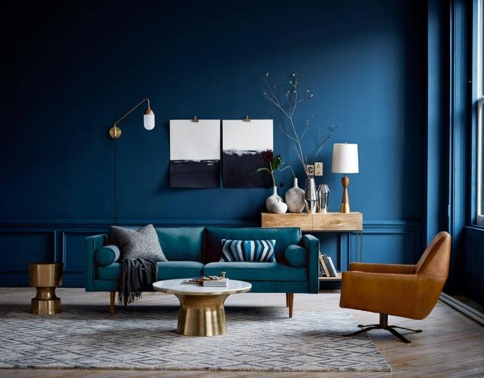 pantone farbe 2019, wand blau streichen, goldene akzente, sessel aus leder, dekokissen