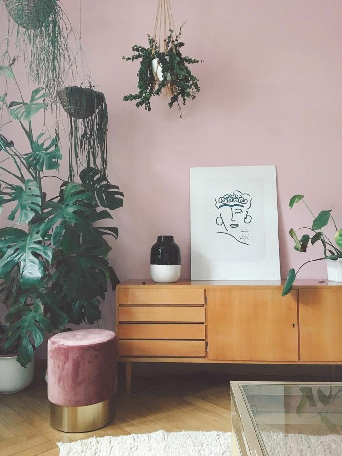 Passende Farbe zu rosa, Kommode aus Holz, Wandfarbe altrosa, Linienzeichnung in schwarz weiß, Wandfarbe altrosa