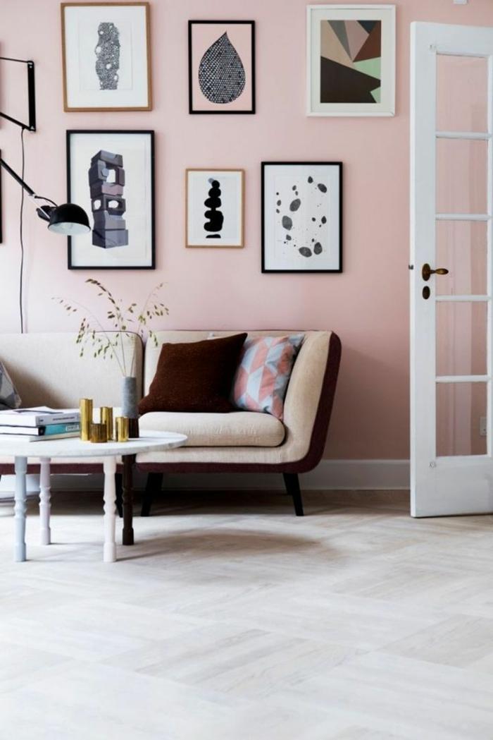 Galleriewand mit verschiedenen gerahmten Bildern, Wandfarbe Inspiration in altrosa, runder Tisch und Couch in beige, rosa Farbe
