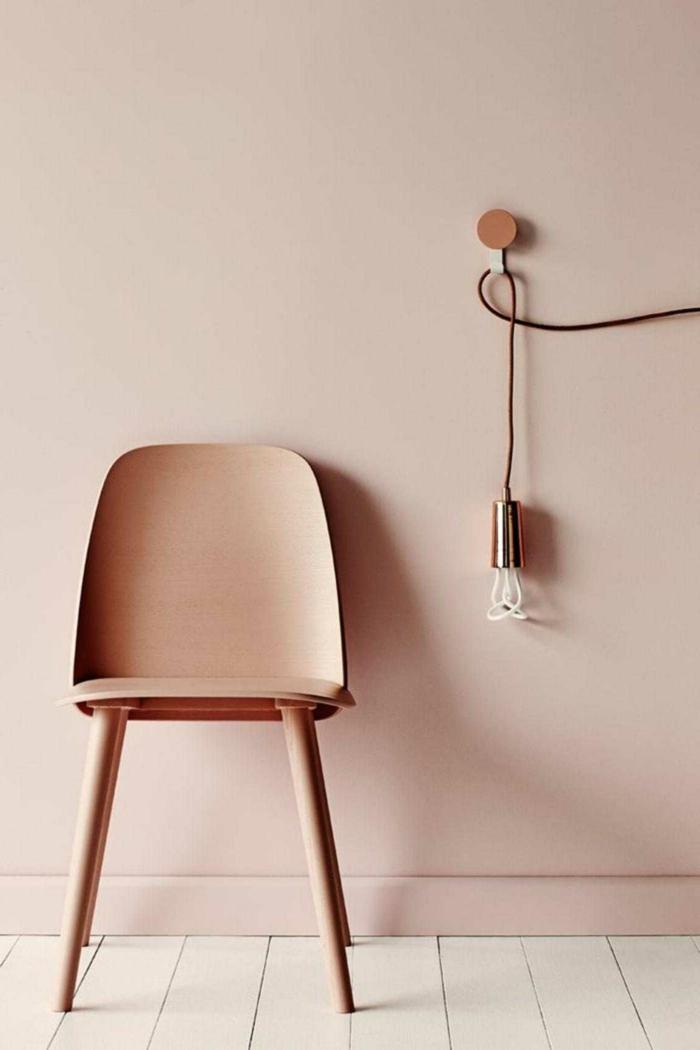 Artistisches Bild von einem Stuhl in altrosa Farbe und Pendelleuchte, Farben für Wohnzimmer tipps, pastell rosa wandfarbe