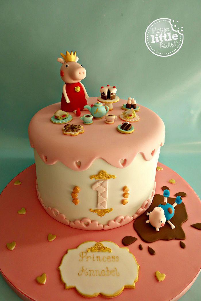 Fondant Torte in Rosa und Weiß für Kindergeburtstag, Peppa Wutz mit Krone trinkt Tee