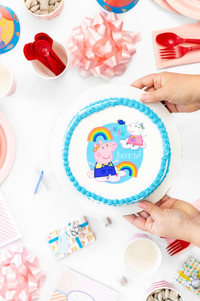 Kindergeburtstag mit Peppa Wutz Thema, weiße Fondant Torte mit Peppa und blauer Creme