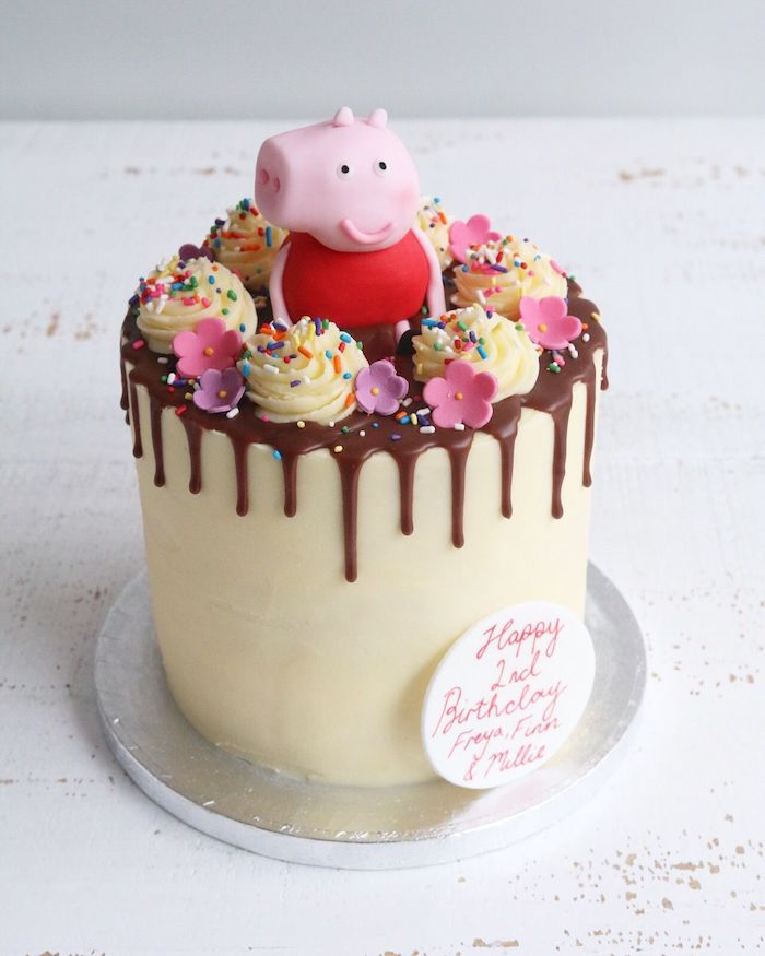 Peppa Wutz auf Fondant Torte, Blumen aus Fondant und Zuckerstreusel, Kuchen für Kindergeburtstag