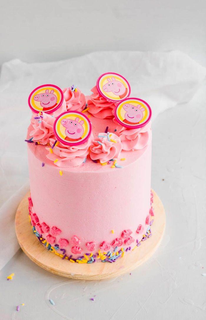 Geburtstagstorte für Mädchen, rosafarbene Creme, Kreise mit Peppa Wutz Gesicht