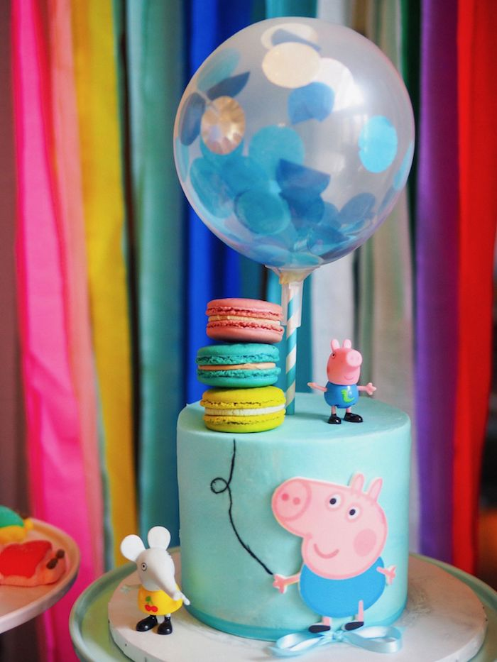 Torte für Kindergeburtstag mit Schorsch, Peppas Bruder, blaue Fondant Torte mit französischen Macarons und Ballon