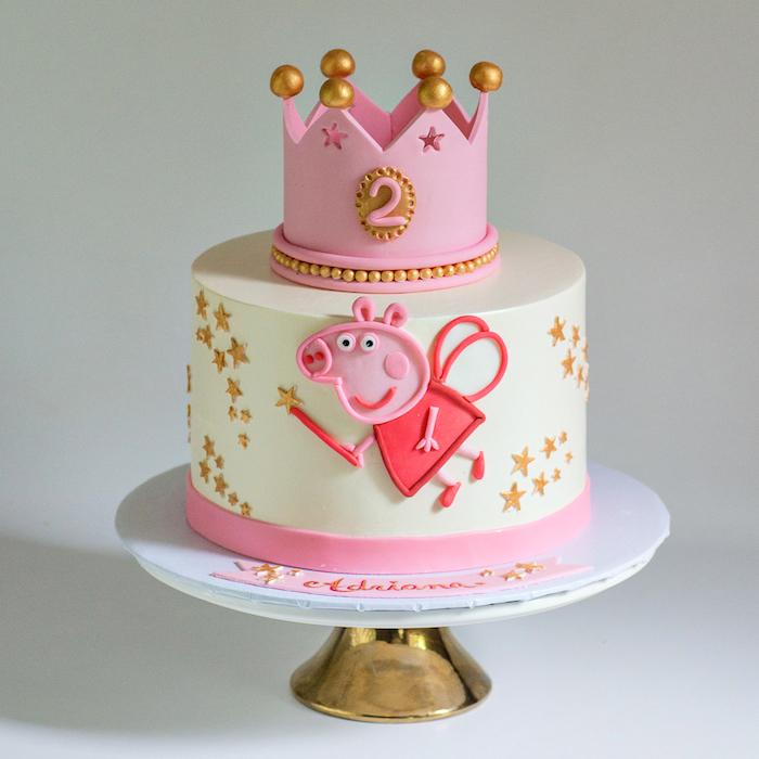 Weiße Fondant Torte mit rosafarbener Krone, Peppa Wutz mit Flügeln und Zauberstab, kleine goldene Sterne