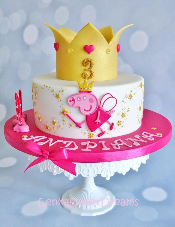Fondant Torte mit Peppa Wutz für Kindergeburtstag, weiße Torte mit gelber Krone, Peppa mit Krone und Zauberstab