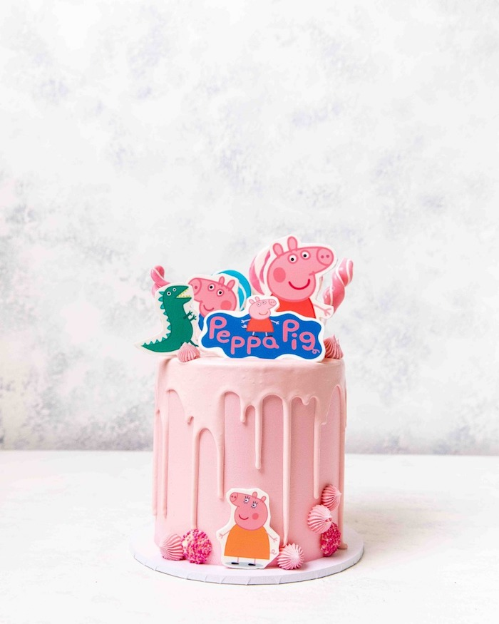 Kuchen für Kindergeburtstag mit Peppa Wutz und Schorsch, rosafarbene Glasur und Muscheln