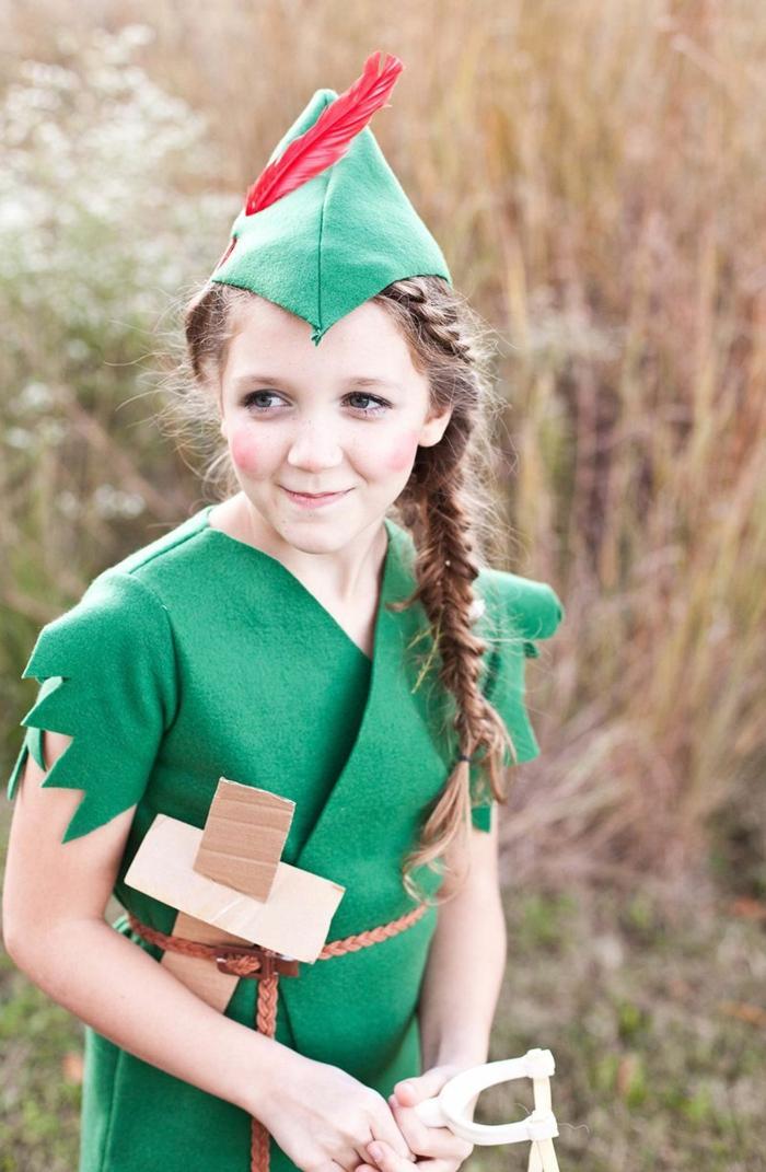 Karnevals Kostüme für Kinder, Peter Pan Kostüm in grün, rote Feder im Hut, Mädchen mit Zopf, Schwert aus Pappe