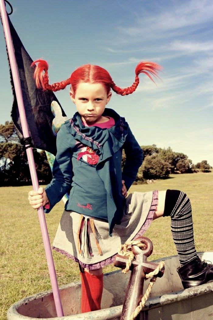 Faschingskostüme Mädchen, Pippi Langstrumpf Kostüm, Strumpf in rot und schwarze, rote Zöpfe