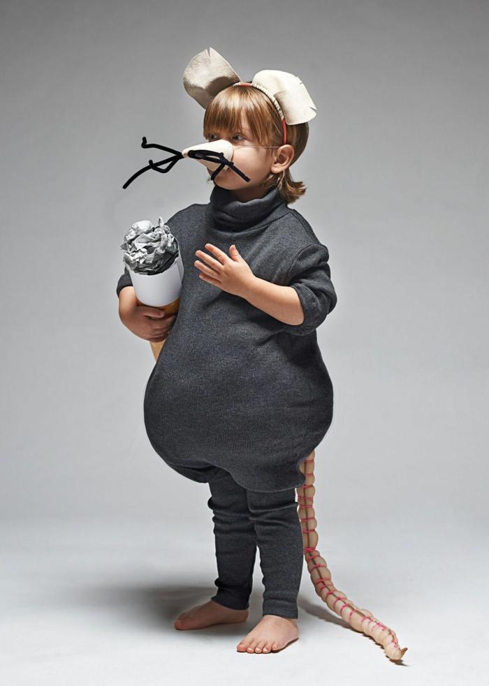 kinder faschingskostüme, Maus Kostüm mit Ohren Nase mit Schnurrhaare und langem Schwanz, Kind hält großer Zigarettenstummel, Kostüm Rollkragenpullover in grau